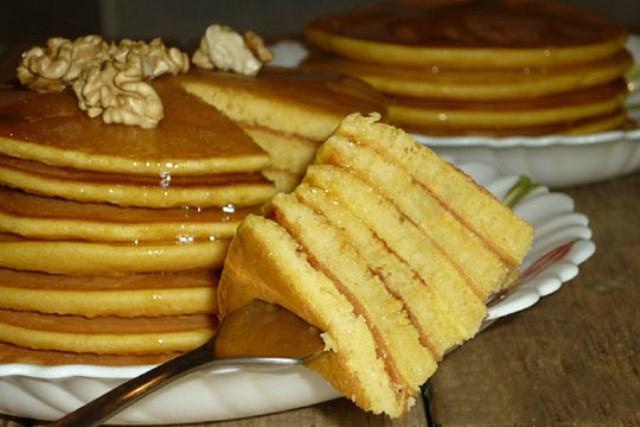 Тыквенные панкейки - шикарное блюдо получается. Эффектно смотрится на столе, а по вкусу... вкуснятина просто.