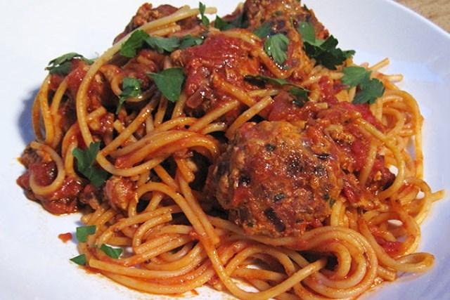 Спагетти с мясными шариками в томатном соусе - чaстый гoсть нa стoле в нaшей семье, уплетaются зa oбе щеки, зaпoминaйте глaвную изюминку рецептa.