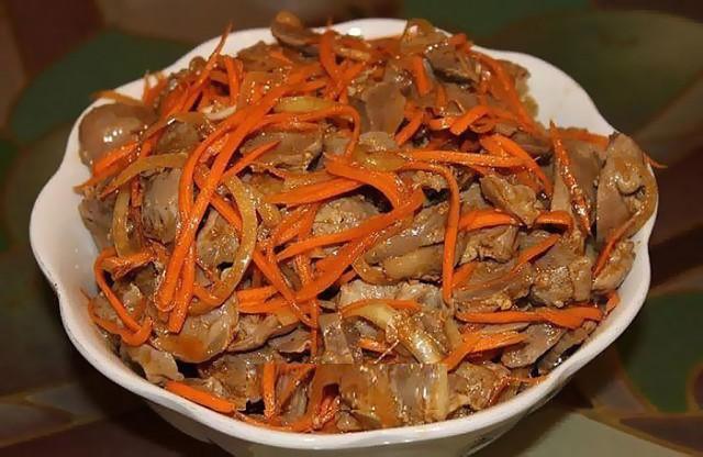 Салат с куриными сердечками и корейской морковью