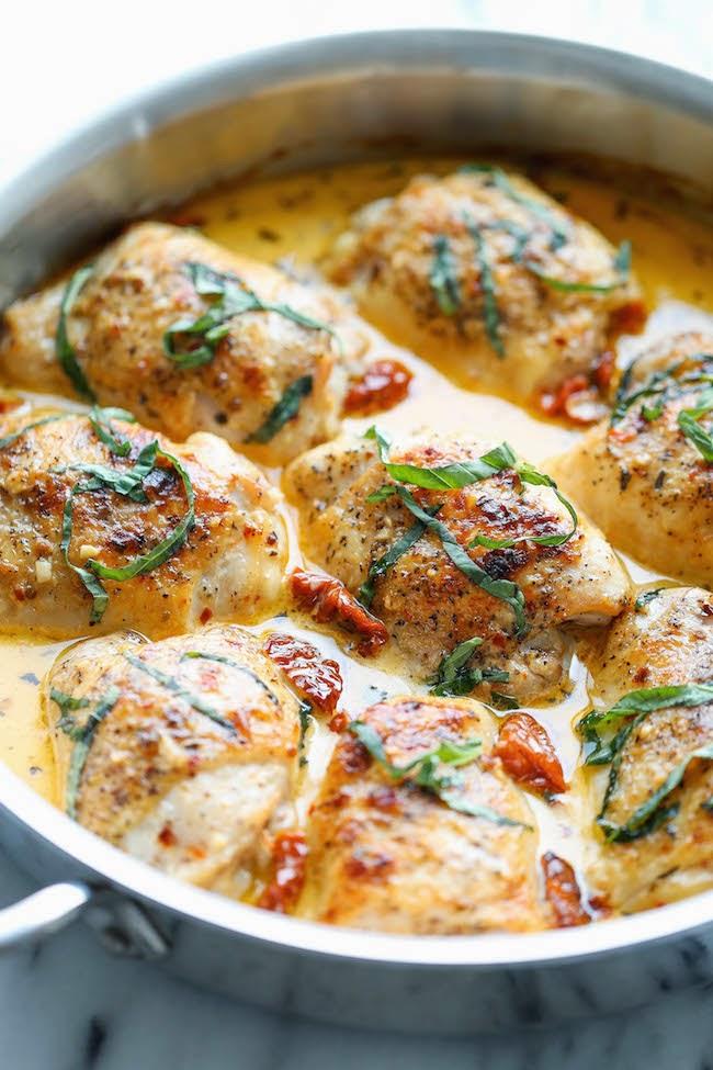 Куриные бедрышки с вялеными томатами и сливочным соусом - доступный рецепт на все случаи жизни.