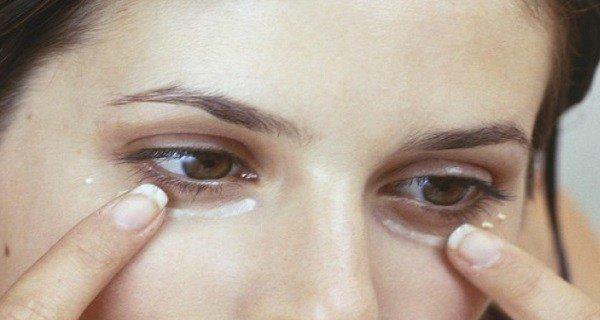 Женщины во всем мире наносят пищевую соду на кожу под глазами — причина феноменальна!!!