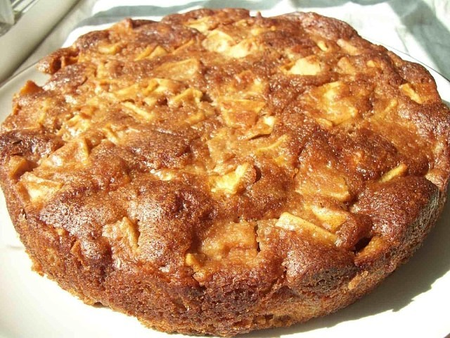 Медовый пирог с яблоками готовлю только так, муж как ребенок радуется этому блюду.